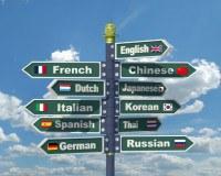 Wegweise Schild mit unterschiedlichen Sprachen