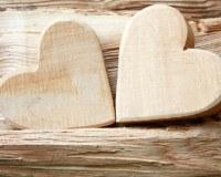 zwei Holzherzen