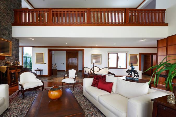 Wohnzimmer mit antiken Möbeln