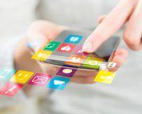 Apps auf Smartphone, die über den Display hinausgehen und eine Frau drauftippt