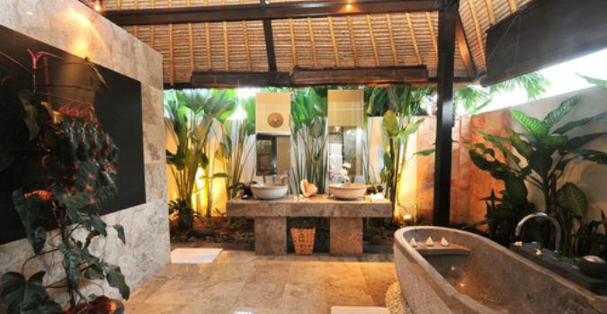 Ein Luxusbadezimmer im Regenwald-Look