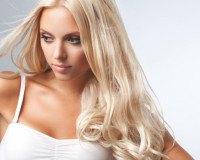 Frau mit blonden Extensions
