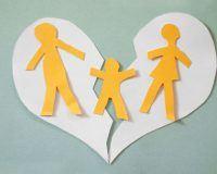 gebrochenes Papierherz mit Familie