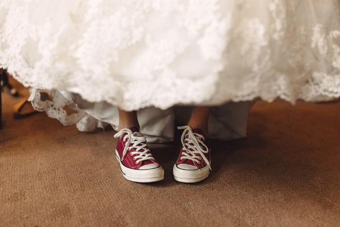 Braut trägt zu Kleid Sneaker