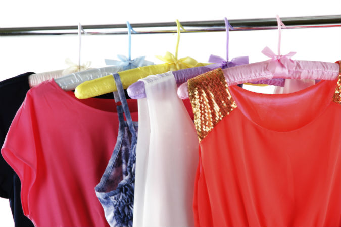 Bunte Klamotten im Kleiderschrank
