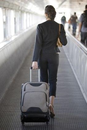 Geschäftsreisende Frau am Flughafen