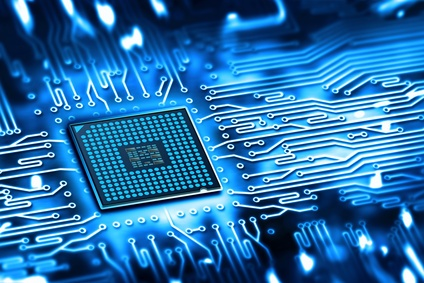 Ein Mikrochip der mit Daten versorgt wird.