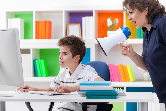 Kind beim Computerspielen