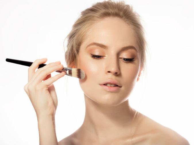 Frau benutzt DIY Make Up