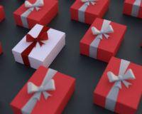Rote Geschenkverpackungen aus denen ein weißes, individualisiertes Geschenk heraus sticht