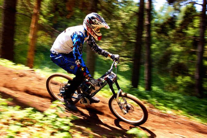Downhill-Biker bei der Abfahrt