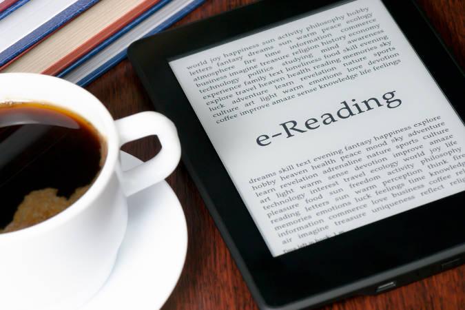 E Reader mit Kaffee