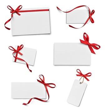 Eine weiße Einladungskarte mit roter Schleife