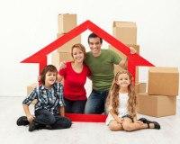 Eine Familie mit Kindern und Umzugskartons.