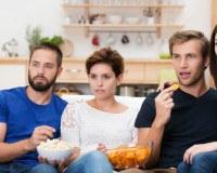 Freunde genießen Movie-Snacks beim Filme schauen