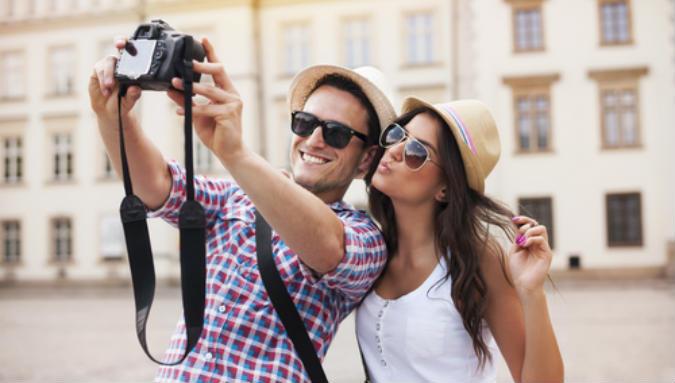 Ein Paar fotografiert sich im Urlaub