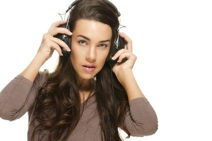 Frau mit Kopfhörern - Tinnitus mit Musik behandeln