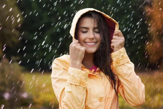 Frau steht in Regenjacke,Softshelljacke