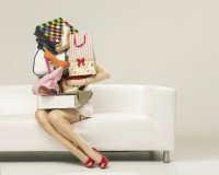 Frau mit Einkaufstaschen auf dem Sofa