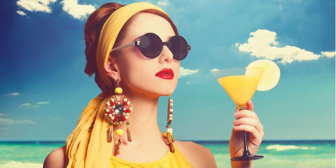Frau mit Tuch, Ohringen und Sonnenbrille als Accessoires
