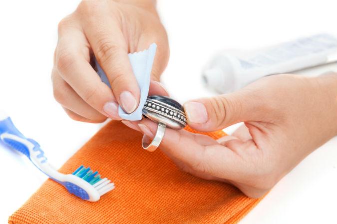 Schmuckpflege – die besten Tipps und Tricks, damit der Schmuck seinen Glanz behält