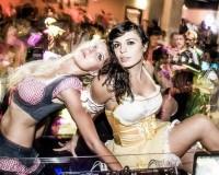 Zwei Frauen in einem Party-Dirndl