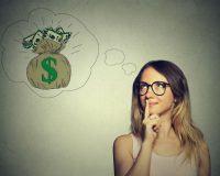 Frau stellt sich Geld vor