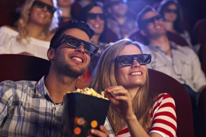 Glückliches Pärchen sieht sich im Kino einen Film an