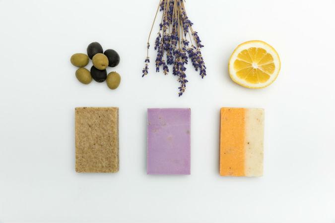 Drei Haarseifen mit den Duftrichtungen Olive, Lavendel und Zitrone