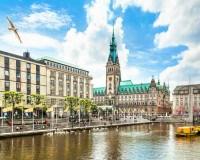 Blick von der Alster auf das Hamburger Rathaus