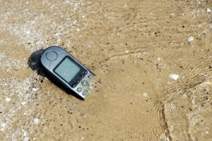 Fällt das Handy ins Wasser, sollten Sie nicht versuchen es sofort wieder einzuschalten