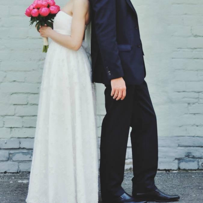 Hochzeitspaar Rücken an Rücken