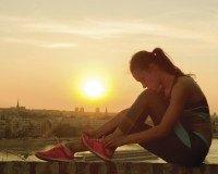 Junge Frau ruht sich vom Sport aus