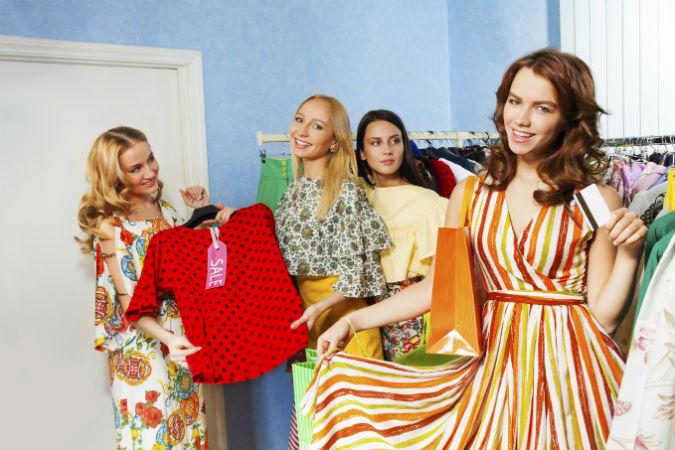 Junge Frauen beim Shopping