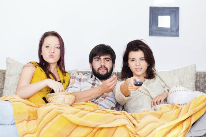 Junge Menschen vor dem Fernseher