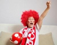 Junger Fan mit Fanschal und Ball