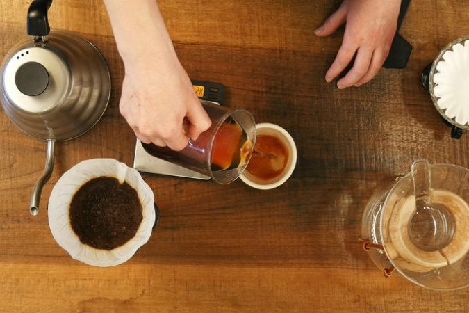Kaffee wird von Hand aufgebrüht