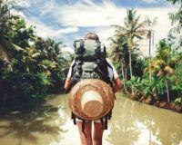Mögliche Kandidaten für das Dschungelcamp 2018 - Camperin steht vor Fluss im Dschungel