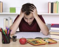 Kind verzweifelt über den Hausaufgaben