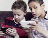 Kinder spielen mit Smartphone