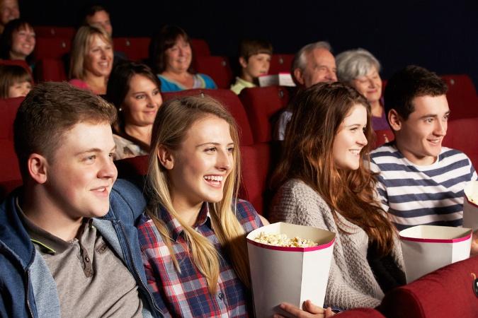 Kinobesucher essen Popcorn