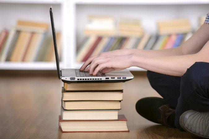 Laptop auf einem Stapel mit Büchern