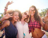 Drei Frauen auf einem Festival