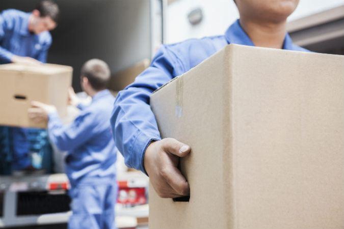 Möbelpacker können auch preiswerte Helfer sein.