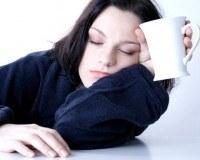 Müde Frau mit Tasse