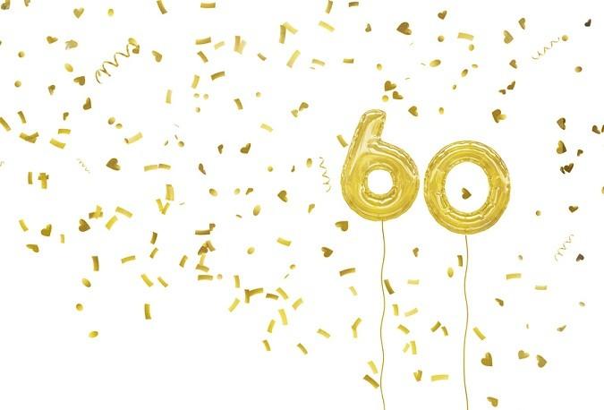 Goldene Luftballons, die die Zahl 60 darstellen und Konfetti
