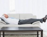 Mann schläft auf der Couch