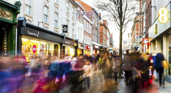 Menschenmasse in der Fußgängerzone