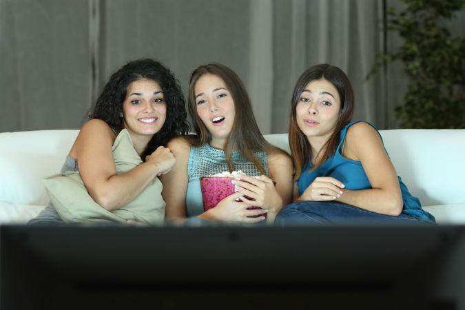 Drei Freundinnen vor dem Fernseher