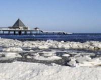 Die Ostsee im Winter mit Eisschollen am Strand.